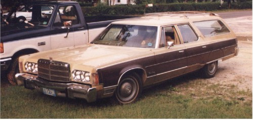 1975 Chrysler Town and Country - Strangely brown